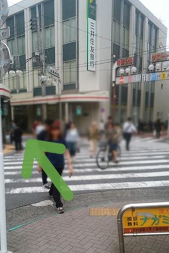 交差点に入り三井住友銀行さんのある商店街の道へお進みください。