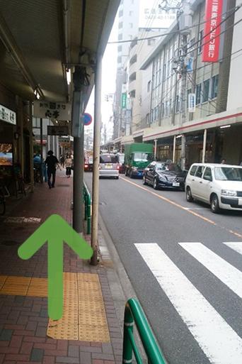 右側に三菱UFJ銀行さんが見えます。まっすぐ進んでください。